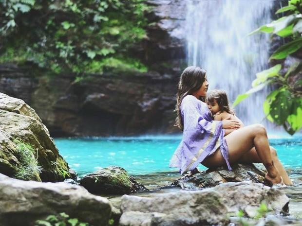 Ideia de fazer o ensaio 'Afeto' surgiu após Camilla saber de críticas a uma foto dela amamentando a filha de dois anos (Foto: Arquivo Pessoal)
