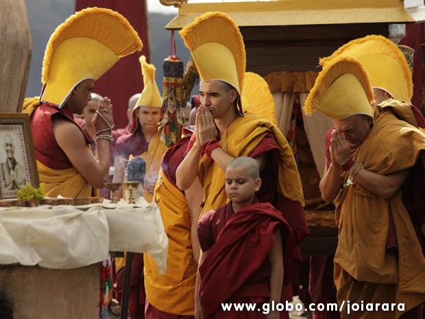 Ananda Rinpoche morre após receber presente de Franz (Foto: Joia Rara/ TV Globo)