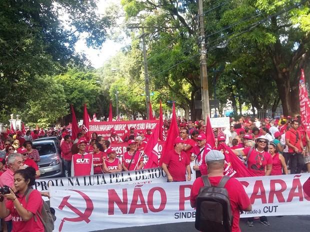 No Recife, ato em favor de Dilma é organizado ato pela CUT, MST, UNE e Levante Popular (Foto: Katherine Coutinho/G1)