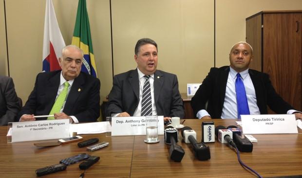 O deputado federal Tiririca (PR-SP), ao lado do líder do PR, Anthony Garotinho (RJ) e do senador Antonio Carlos Rodrigues (PR-SP) (Foto: Isaura Morgana/G1)
