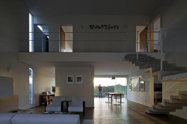 Casa-terraço aproveita declive e se integra à natureza (Foto: Leonardo Finotti Architectural P)
