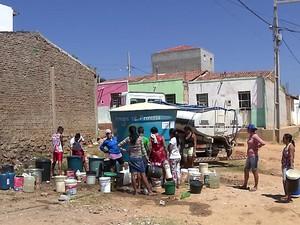 Moradores do bairro São Francisco, em Princesa Isabel, dependem do carro-pipa para ter água em casa (Foto: Reprodução/TV Cabo Branco)