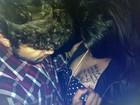 Após autógrafo em local indiscreto, Caio Castro curte noite com fã