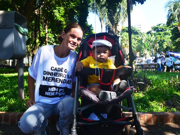 A dona de casa Paola Dias levou seu filho Miguel, de sete meses, para participar da manifestação deste domingo (13) (Foto: Gabriela Castilho/G1)