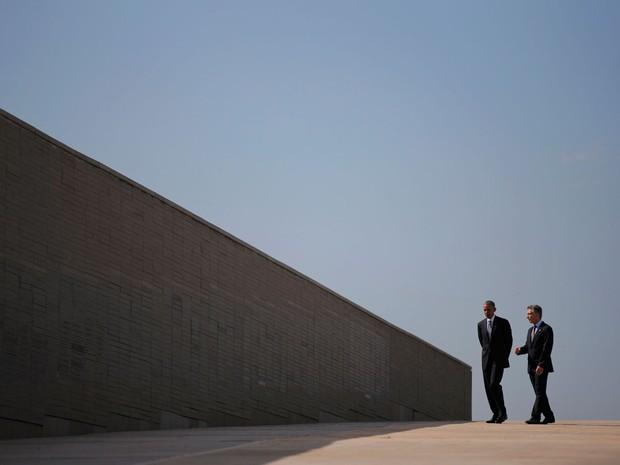 Presidente dos Estados Unidos, Barack Obama, e da Argentina visitaram nesta quinta-feira (24), dia em que o golpe militar completa 40 anos, o Parque de la Memoria (Foto: Carlos Barria/Reuters)
