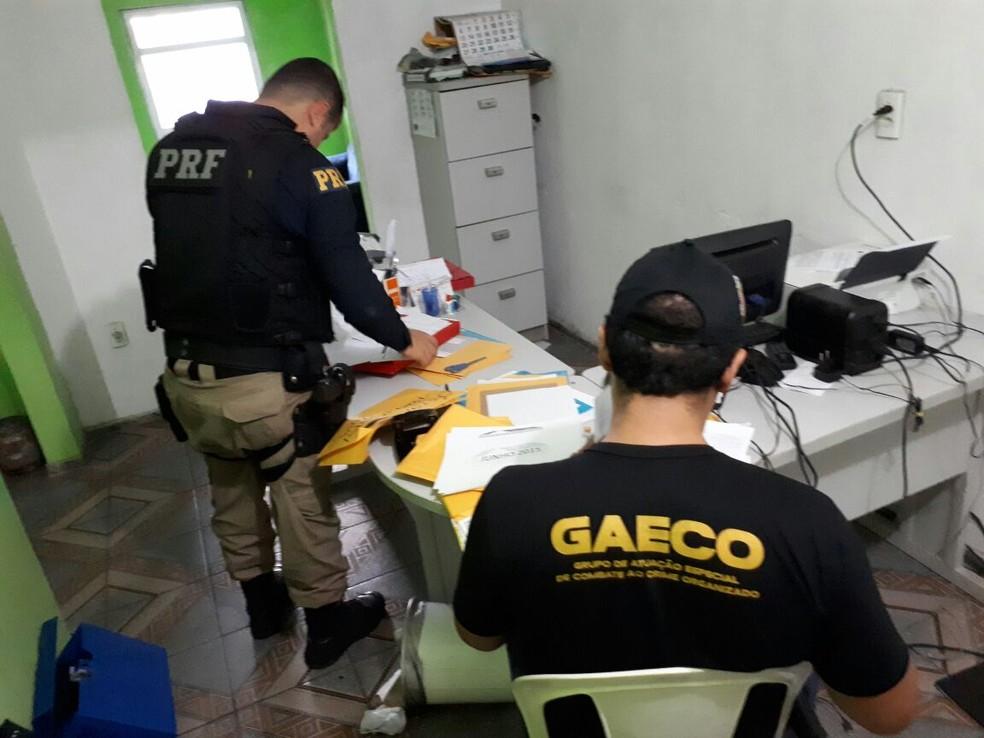 Material apreendido nas prefeituras durante operação (Foto: Divulgação/PRF)