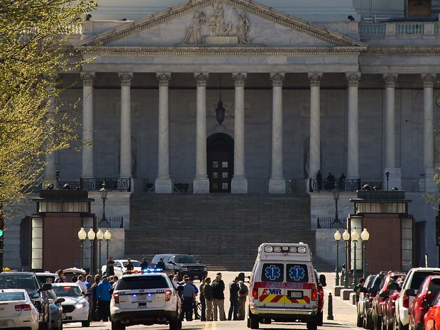 Carros de ambulância e da polícia foram ao Capitólio, em Washington, após relatos de tiros no centro de visitantes (Foto: WIN MCNAMEE / GETTY IMAGES NORTH AMERICA / AFP)