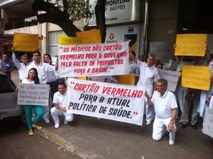 Médicos se reuniram na porta do prédio onde funciona o CRM em Valadares. (Foto: Diego Souza/G1)