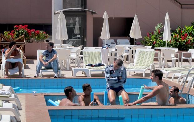jogadores fluminense piscina hotel  (Foto: Rafael Cavalieri)
