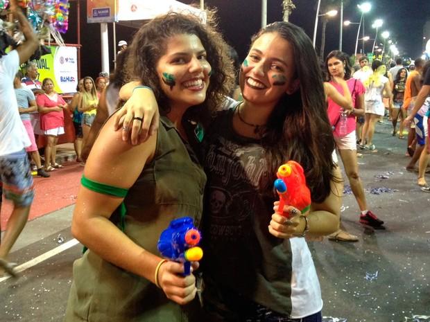 No circuito Sérgio Bezerra, onde 28 fanfarras desfilam na noite desta quarta, amigas Laisla Botelho e Thaís Pelch, ambas de 19 anos, usam figurino inspirado na banda Vingadora. (Foto: Henrique Mendes/G1 Bahia)