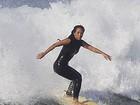 Dani Suzuki pega onda no Rio e exibe boa forma