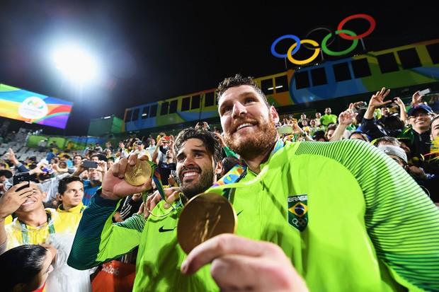 Alison e Bruno: a nova medalha de ouro no vôlei de praia (Foto: Quinn Rooney/Getty Images)