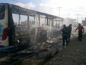 Ônibus é incendiado por criminosos em Campina Grande (Foto: Marcos Vasconcelos/TV Paraíba)