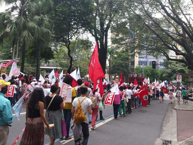 Movimento sociais fazem manifestação pacífica no Dia do Trabalho, em Belo Horizonte (Foto: Michele Marie/G1)