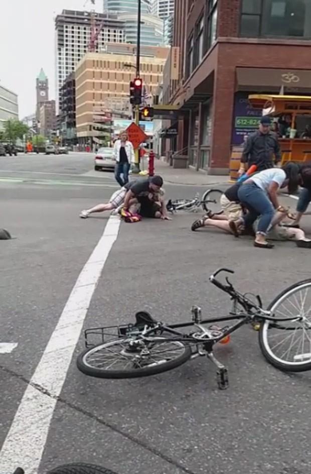 Grupo de seis ciclistas foi preso por atacar com pistolas de água participantes de Pedal Pub (Foto: Reprodução/YouTube/Renae Cranston)