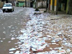 Ruas de Rio Branco amanheceram, neste domingo (5), com lixo eleitoral (Foto: Aline Nascimento/G1)