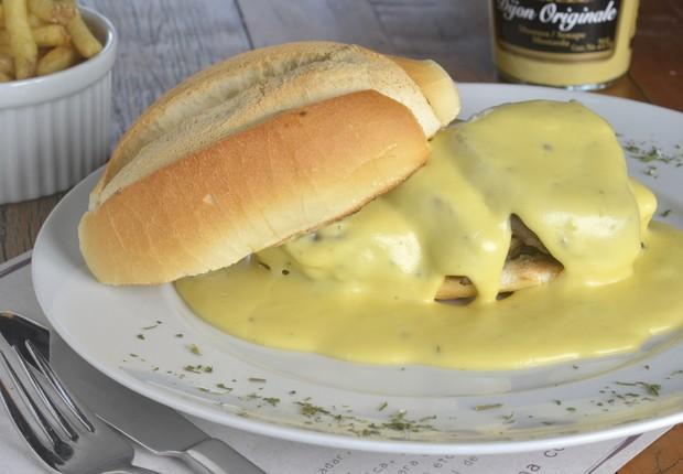 Filé 8 queijos, do Bra.do: escalopes de filé mignon regados ao molho de queijo no pão francês, acompanhado de batatas fritas (Foto: Divulgação)