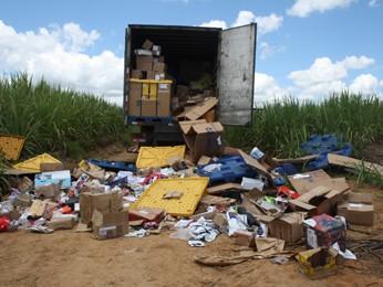 Caminhão foi saqueado e teve a mercadoria espalhada em terreno no município de Escada, Mata Sul de Pernambuco  (Foto: Divulgação/Polícia Federal)