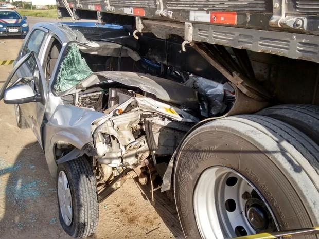 Colisão entre carro e caminhão deixa homem morto na BR-232 em Bezerros (Foto: Divulgação/PRF)