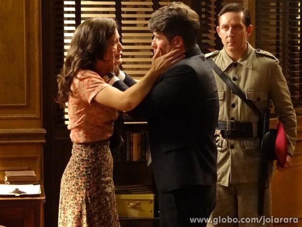 Já na delegacia, Amélia se desespera ao ver Franz ser levado para a cadeia (Foto: Joia Rara/TV Globo)