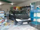 Adolescente perde controle de carro e invade conveniência em Arapiraca