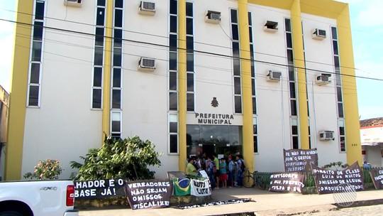 Servidores da educação ocupam prefeitura de Buerarema em protesto