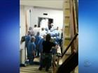Paciente em maca fica preso em elevador de hospital de Itajaí; vídeo