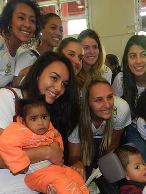 Atletas e comissão do Praia Clube se emocionam em visita à AACD (Foto: Caroline Aleixo/GLOBOESPORTE.COM)