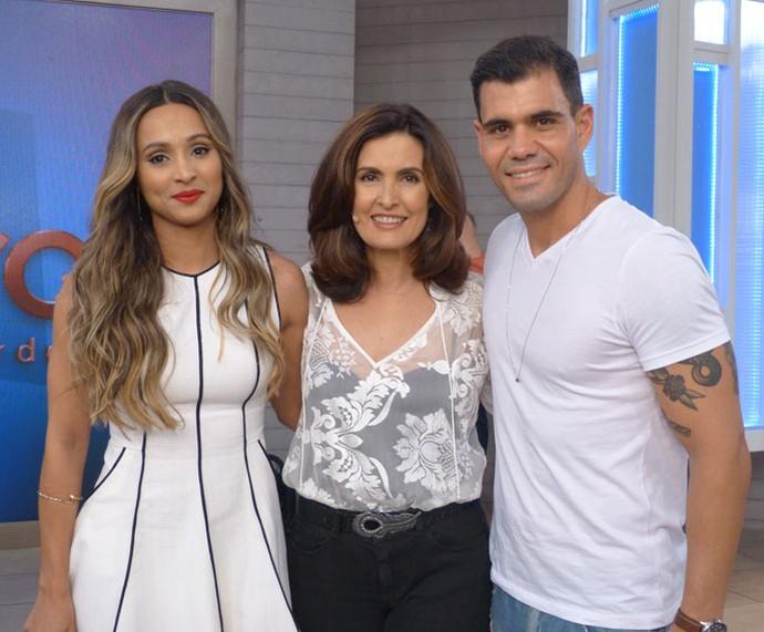 Thaíssa Carvalho e Juliano Cazarré com a Fátima nos bastidores  (Foto: Cristina Cople/Gshow)