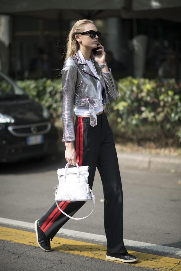 A holandesa Romee Strijd usa look estiloso nos bastidores da semana de moda de Milão (Foto: Getty Images)