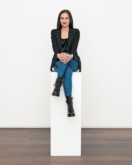 """PEDESTAL Sarah Thornton em sua casa  em Londres. """"Obras de arte  não caminham  por conta própria  para museus"""" (Foto: Beowulf Sheehan/Corbis)"""