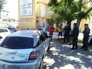 PM encontrou carro utilizado pelos homens no roubo (Foto: Divulgação / PM)