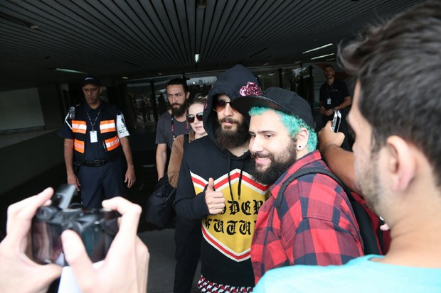 Jared Leto atende fãs no aeroporto no Rio (Foto: AgNews)