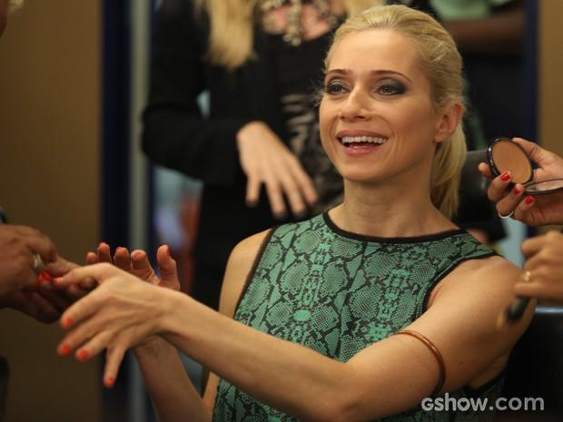 Leticia se diverte no camarim, antes das gravações (Foto: Pedro Curi/TV Globo)