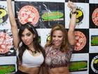 Viviane Araújo mostra barriga tanquinho ao lado de Anitta