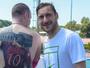 Torcedor do Roma com tatuagem gigante de Totti encontra o ídolo