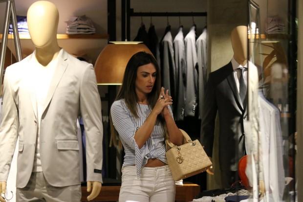 Nicole Bahls compra roupas (Foto: Fabio Moreno/Agnews)
