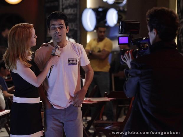 Lara Keller entrevista a celebridade do momento (Foto: Sangue Bom / TV Globo)