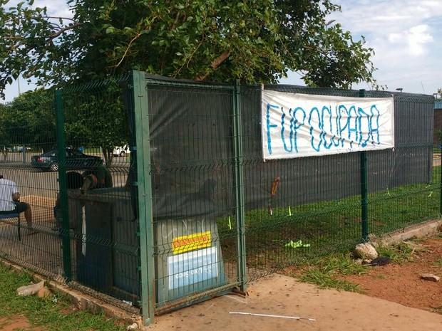 """Faixa com dizeres """"Fup ocupada"""" erguida na grade do campus de Planaltina da UnB (Foto: Elielton Lopes/G1)"""