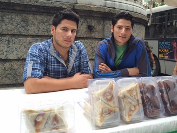 Irmãos sírios vendem salgados árabes em Botafogo, na Zona Sul (Foto: Káthia Mello/G1)