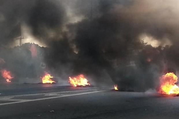 Manifestantes bloqueiam dois pontos da BR-153 na Grande Goiânia (Foto: Rodrigo Mansil/TV Anhanguera)