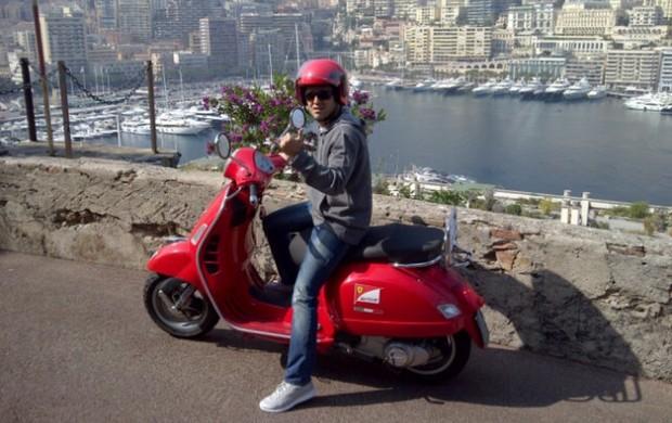 Brasileiro com lambreta da Ferrari em Mônaco (Foto: Reprodução)