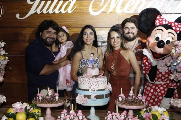 César Menotti e Fabiano com suas mulheres na festinha de Júlia (Foto: Rodney Machado/Divulgação)