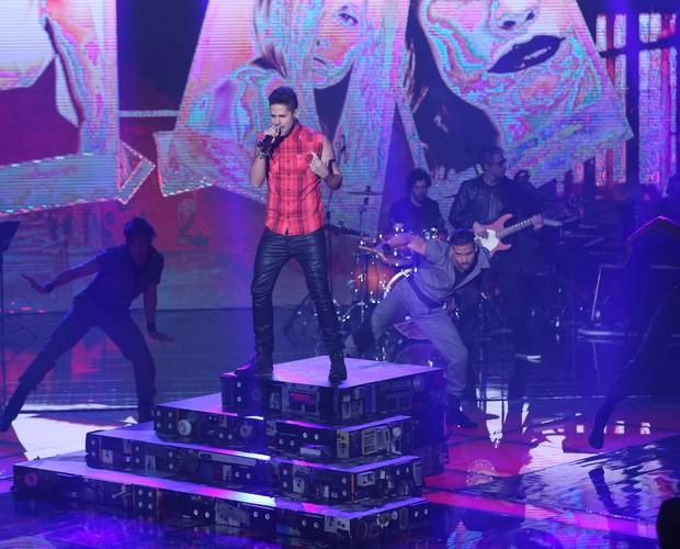"Leandro Buenno sobe ao palco e solta a voz com ""Animals"", hit da banda Maroon 5. (Foto: Isabella Pinheiro/Gshow)"