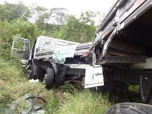 Caminhão caiu em um barranco após colisão (Foto: Marcos Pereira/RBS TV)