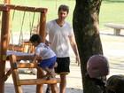 Eriberto Leão brinca com o filho