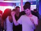 Sozinho, Maurício Destri dá show de dança em camarote