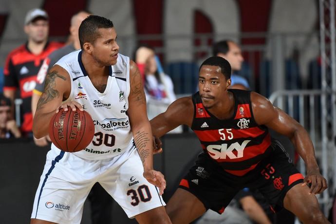 Hettsheimeir tenta a jogada no ataque para Bauru (Foto: André Durão)