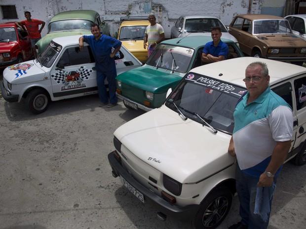 Donos posam com orgulho ao lado de seus carros, em Havana (Foto: AP Photo/Ramon Espinosa)