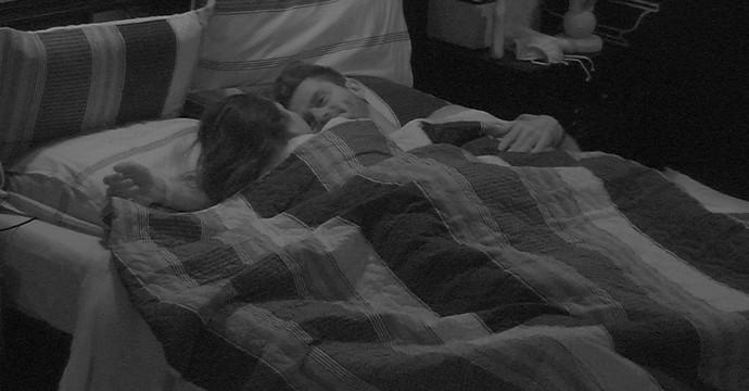 Marcos tenta acordar Emilly (Foto: BBB17)